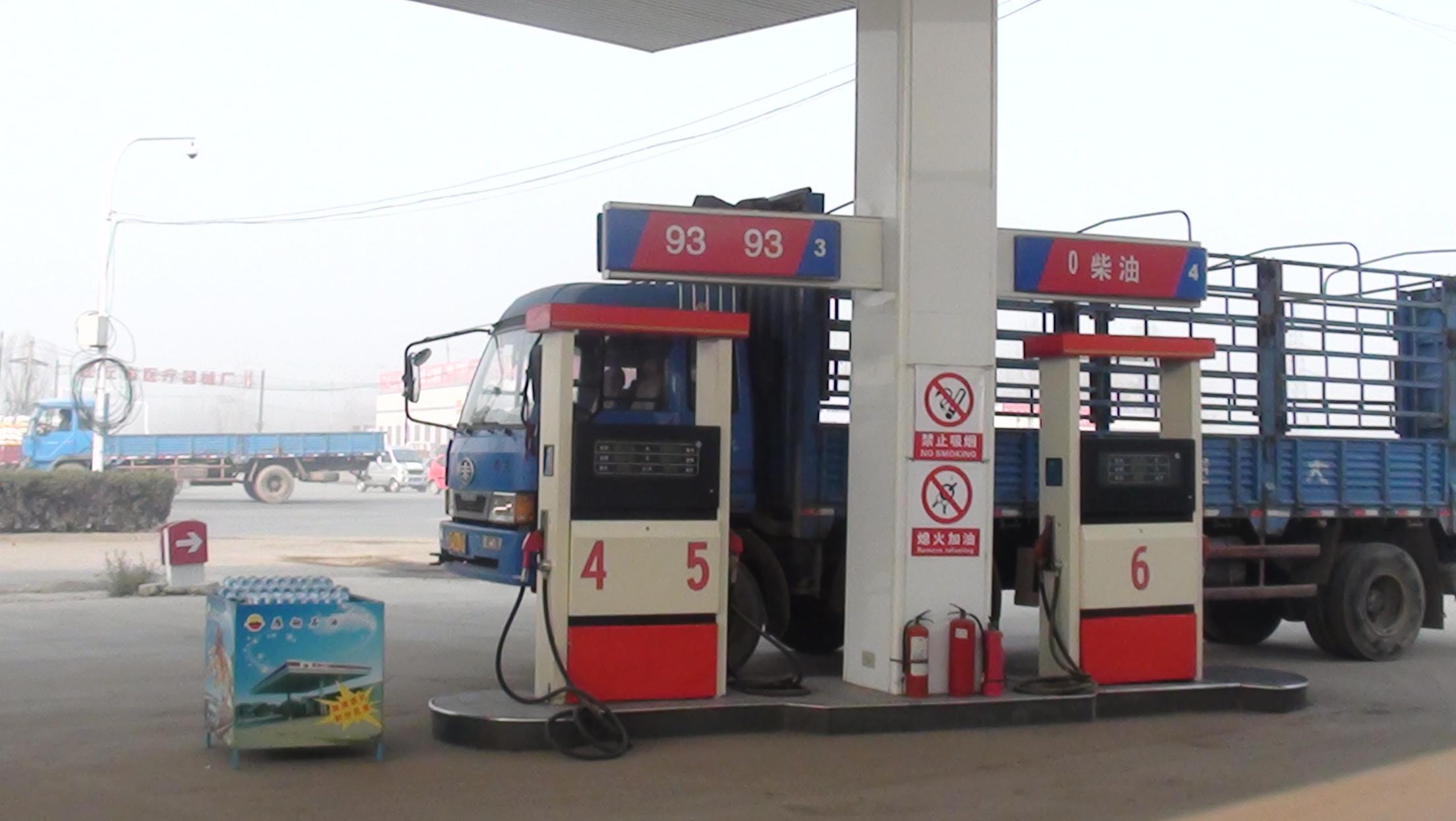 大鹿庄乡抽查在营加油站点